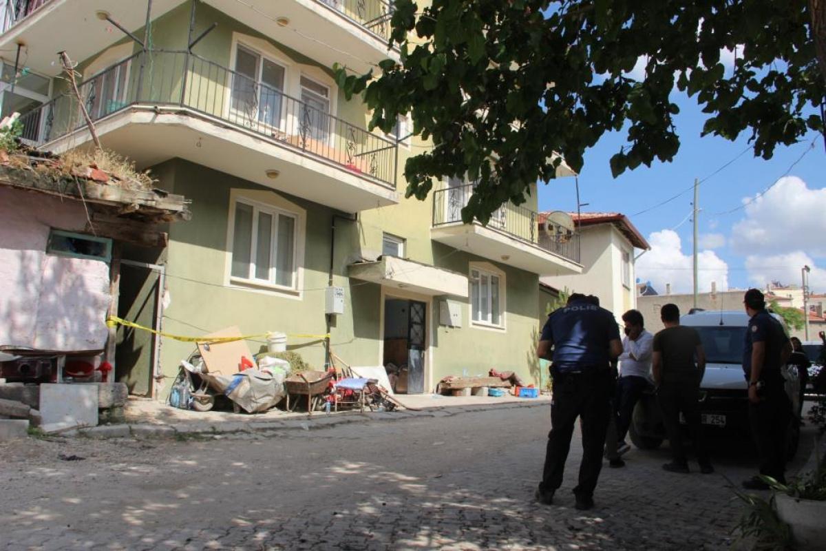 Defineciler kiraladıkları dairede yaptıkları kaçak kazıda yer altı şehri buldu