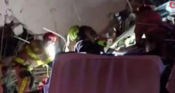 Floridada çöken binanın enkazından bir çocuğun çıkarıldığı anlar kamerada