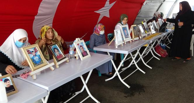 HDP önündeki evlat nöbetindeki anne: Oğlumun elinden mikrofonu aldılar, silah verdiler