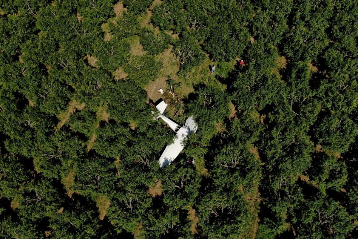 Meyve bahçesine zorunlu iniş yapan uçak drone ile havadan görüntülendi