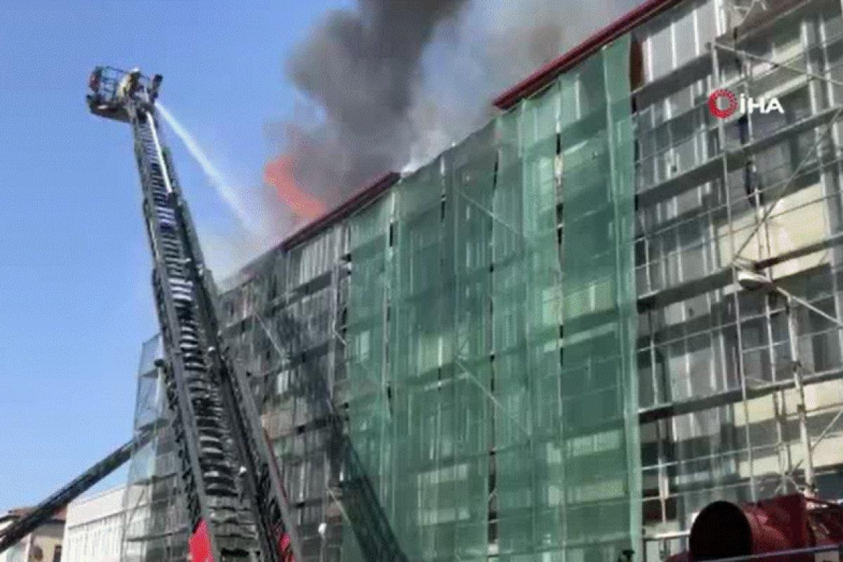 Ataşehir'de 4 katlı bir binanın çatısında yangın!