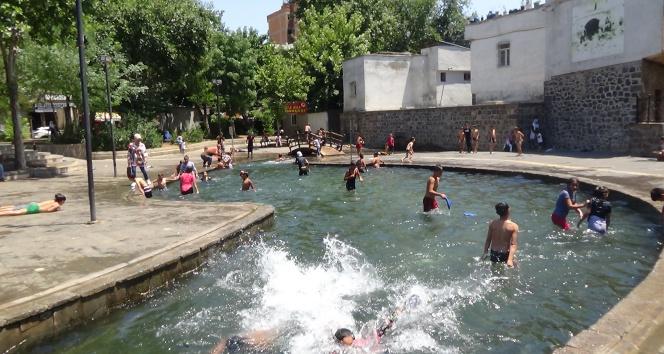 Diyarbakırda çocuklar aşırı sıcaklıktan dolayı tehlikeyi umursamadılar