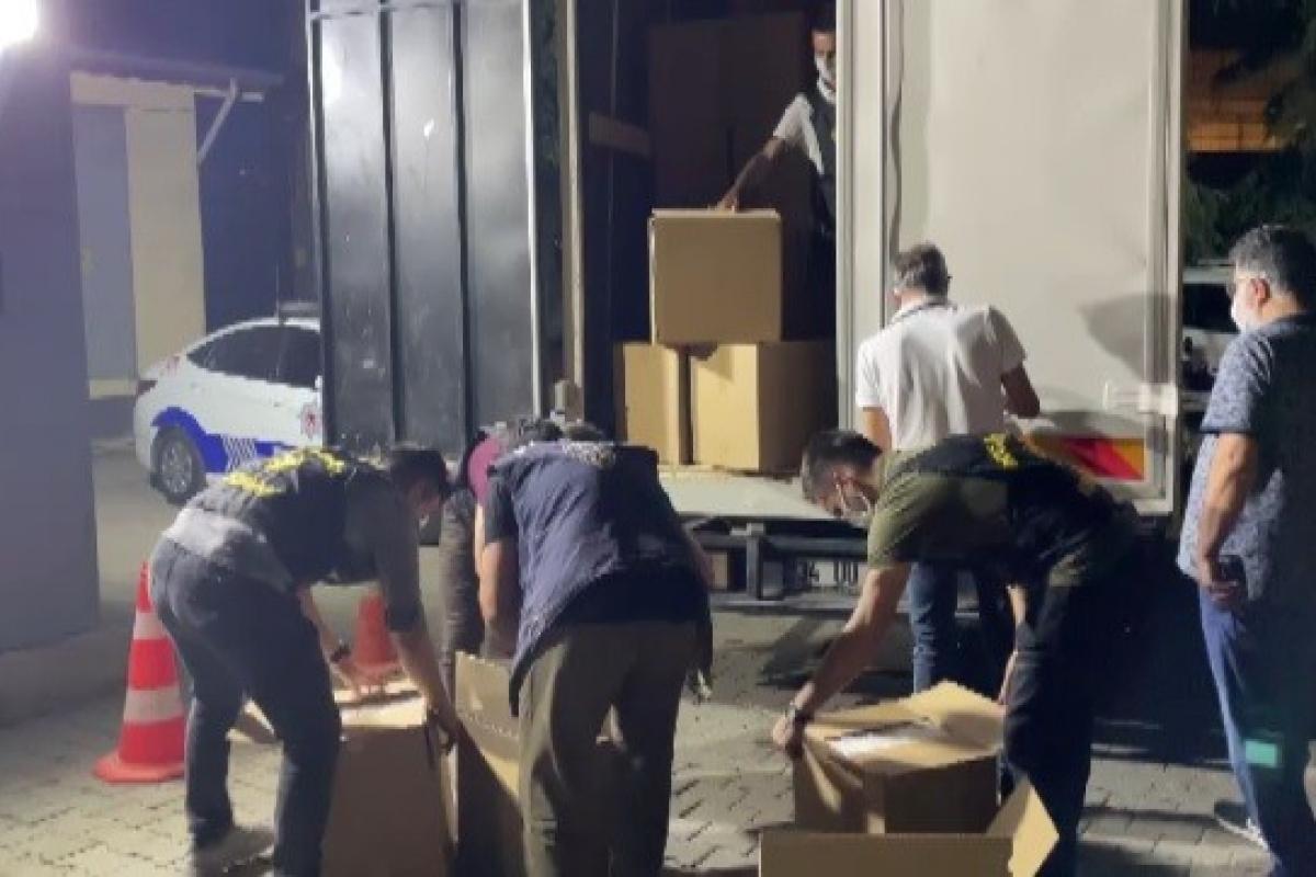 Durdurulan kamyonet kasasında 2 milyondan fazla makaron ele geçirildi