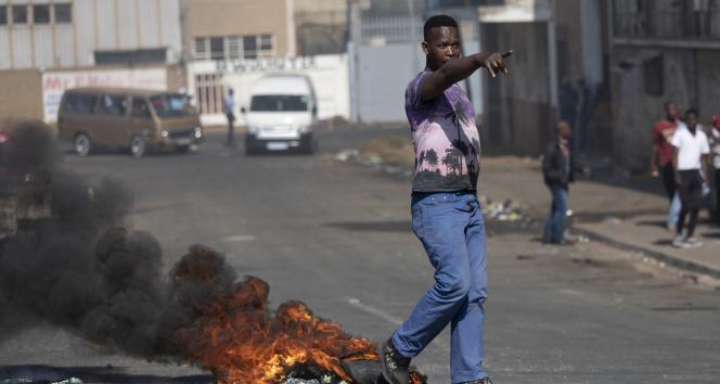 Güney Afrikada Zumanın tutuklanmasının ardından protestolar devam ediyor
