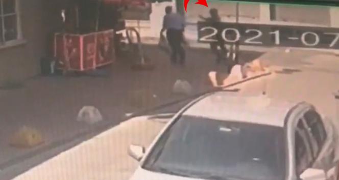 Beyoğlunda bakkalda silahlı saldırı anları kamerada