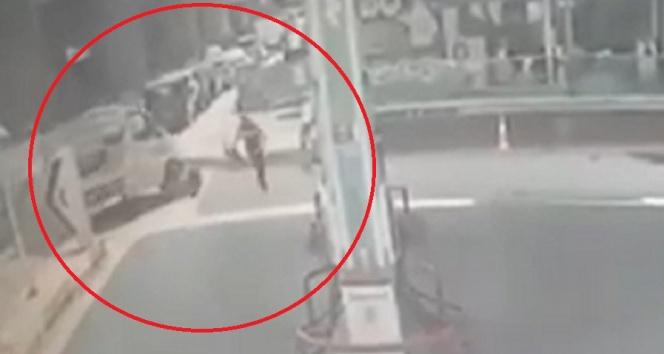 Kavga ettiği husumetlisini kamyonetle ezip metrelerce sürükledi