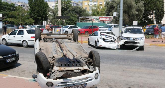 Kontrolden çıkan araç 3 araca çarptı, araçlardan birisi takla attı