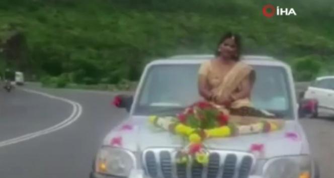 Hindistanda araç kaputu üzerinde tehlikeli düğün pozu