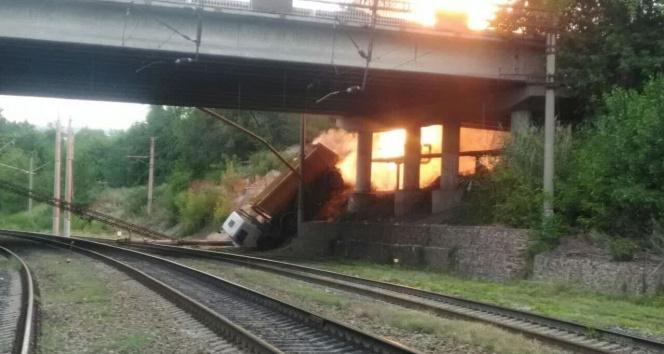 Rusyada köprüden düşen kamyon doğalgaz boru hattını patlattı