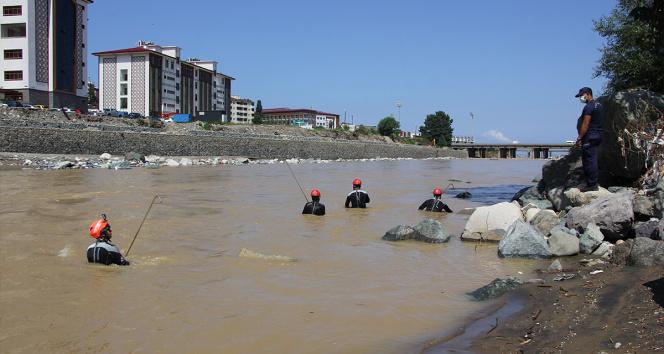 Rizede yaşanan sel sonrası Güneysu Deresinde kayıp arama çalışmaları devam ediyor