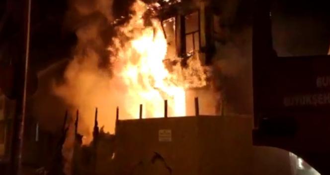 2 katlı metruk bina alev alev yandı