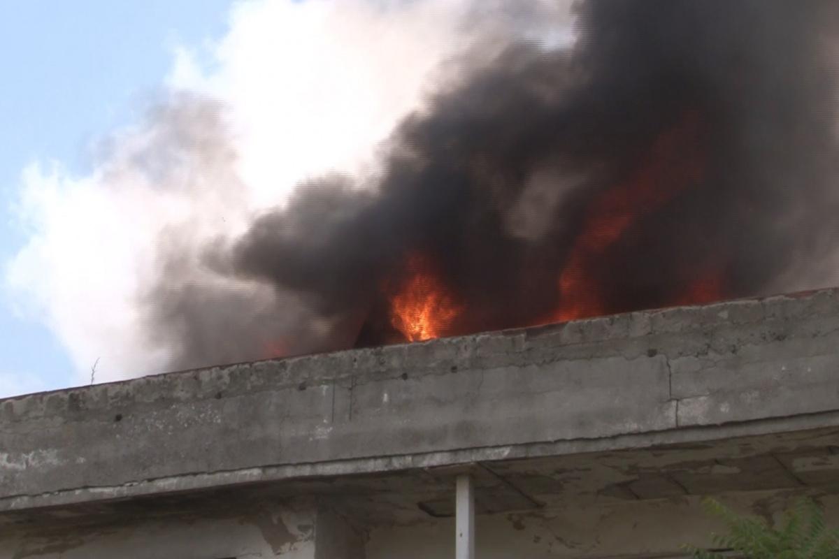 Arnavutköy'de metruk binanın çatısı alev alev yandı