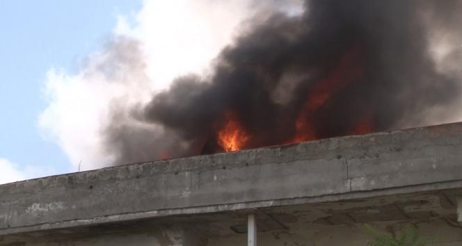 Arnavutköyde metruk binanın çatısı alev alev yandı