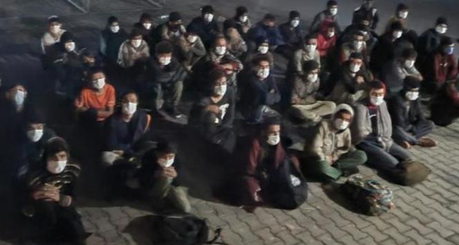 Koltukları sökülen minibüste 60 düzensiz göçmen yakalandı