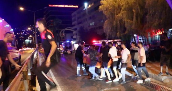 İzmirde bıçaklı, kaldırım taşlı omuz atma kavgası: 1 ölü, 3 yaralı