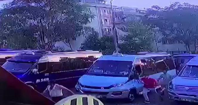 Kağıthanede dolmuşta indi bindi kavgası, yolcu şoföre saldırdı