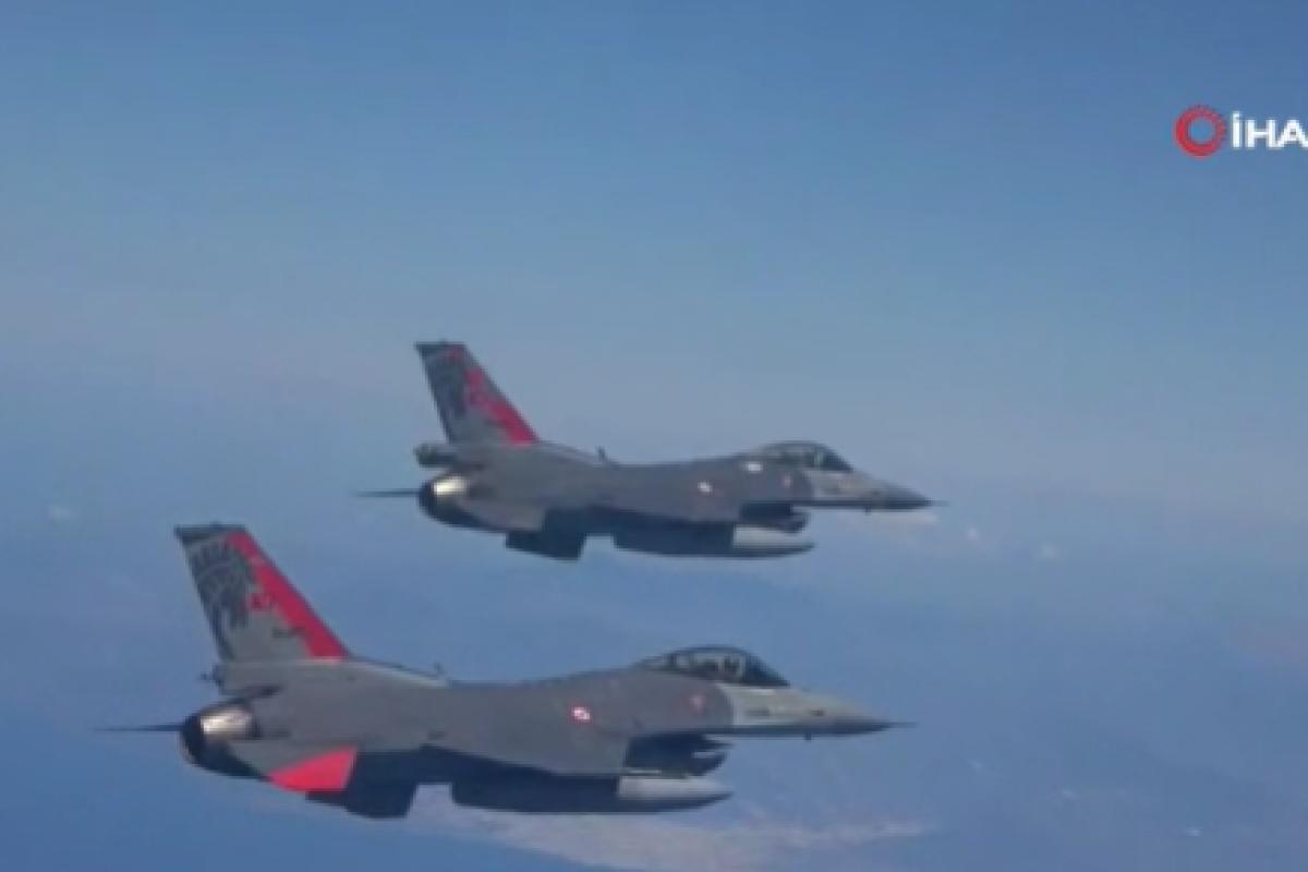 Kıbrıs semalarında F-16'lar ve Türk Yıldızları'ndan gösteri uçuşu