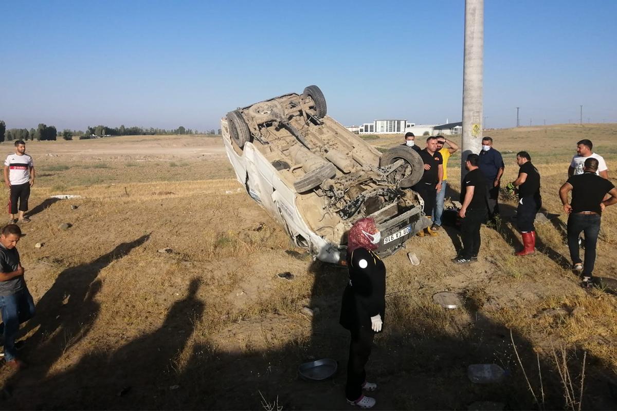 Van'da minibüs tarlaya uçtu: 4 yaralı