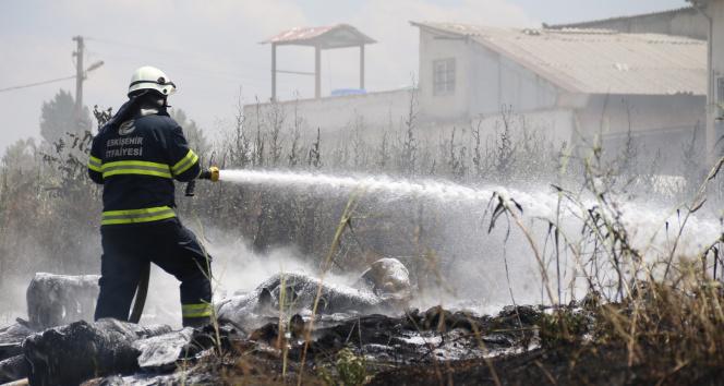 Çalılardan lastiklere sıçrayan yangın gökyüzünü dumana boğdu