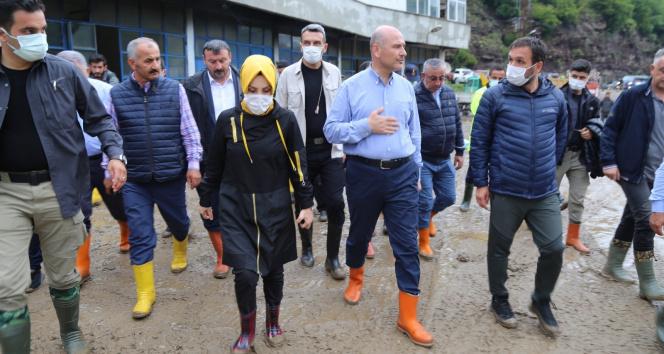 Bakan Soylu selden etkilenen Artvinin Murgul ilçesinde incelemelerde bulundu