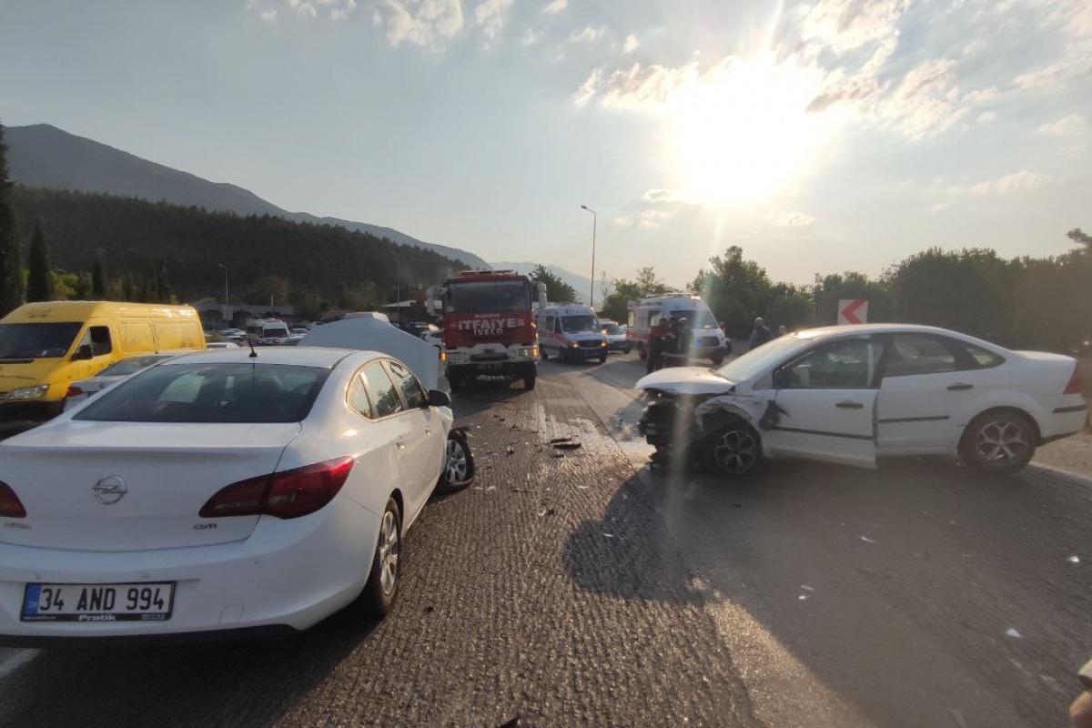 Tatil dönüşü 3 araç birbirine girdi: 7 yaralı