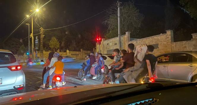 Şanlıurfada 3 motosiklette 15 kişi yolculuk etti