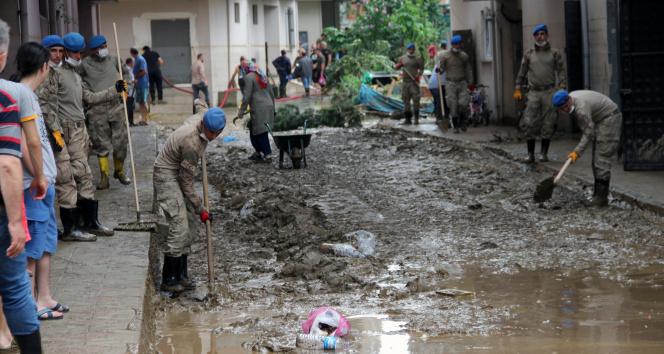 Arhavide yaşanan sel afetinin ardından temizlik çalışmaları devam ediyor