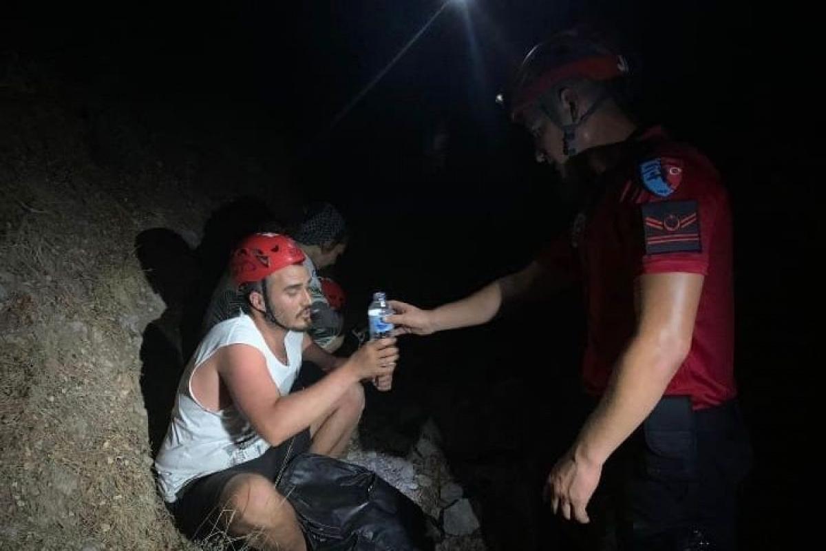 Fethiye'de ormanlık alanda kaybolan 2 kişiyi JAK buldu