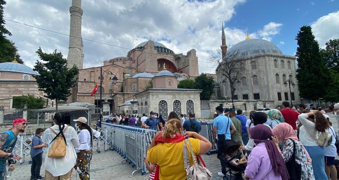 Ayasofya-i Kebir Camisinin ibadete açılmasının yıl dönümünde ziyaretçi akını