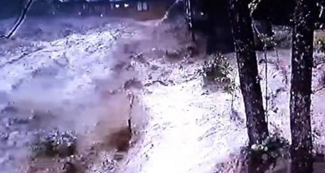 Rizede 22 Temmuz günü yaşanan sel anı güvenlik kameralarına yansıdı