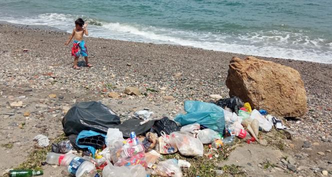 Duyarsız vatandaşlar Mudanya sahillerini çöplüğe çevirdi