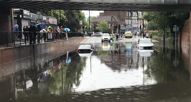 Londradaki şiddetli yağış sele neden oldu