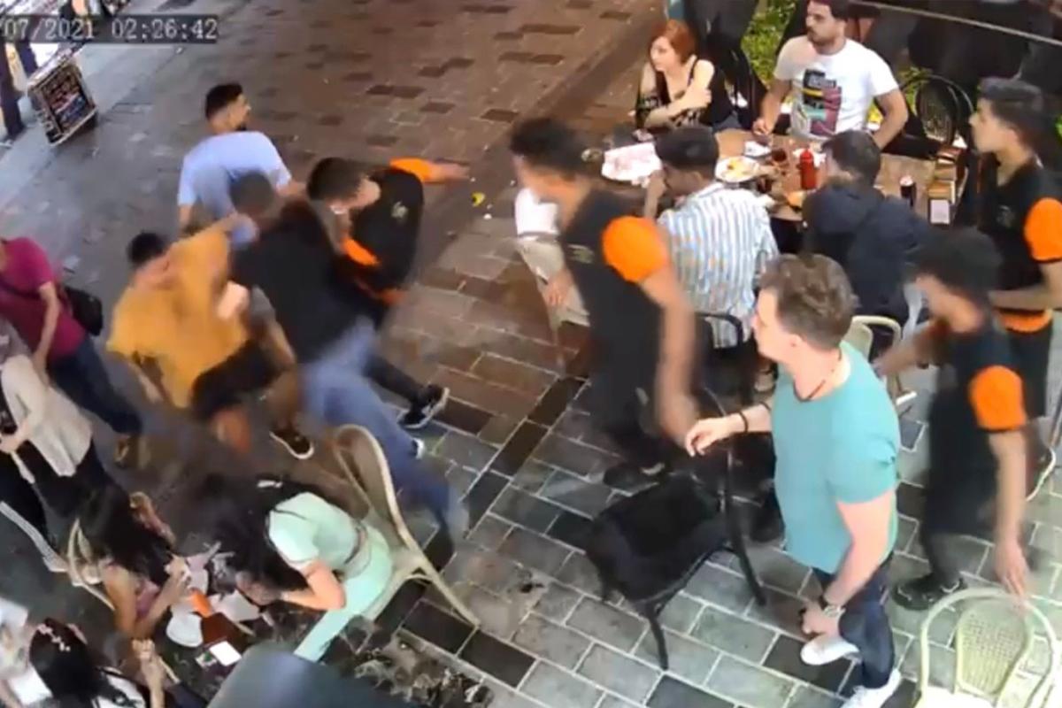 İstanbul'un göbeğinde ortalığın karıştığı meydan kavgası kamerada