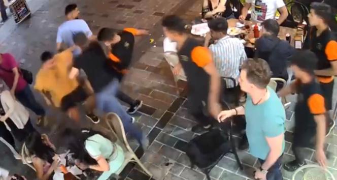 İstanbulun göbeğinde ortalığın karıştığı meydan kavgası kamerada