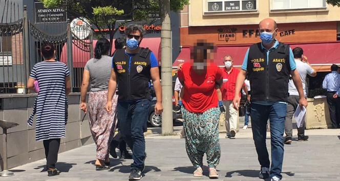 Hırsızlık yaparken kızına gözcülük yaptıran kadın önce kameralara, sonra polise yakalandı