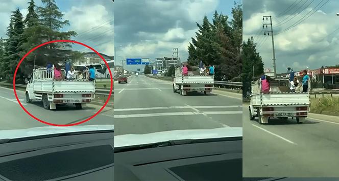 Çocukların kamyonet kasasındaki tehlikeli yolculukları yürekleri ağza getirdi
