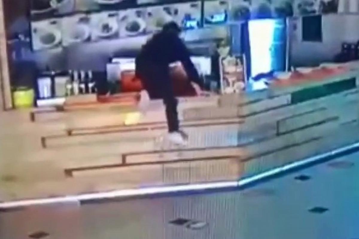 Tezgahın öbür tarafına atlayıp para çaldı: Soğukkanlı hırsız kamerada