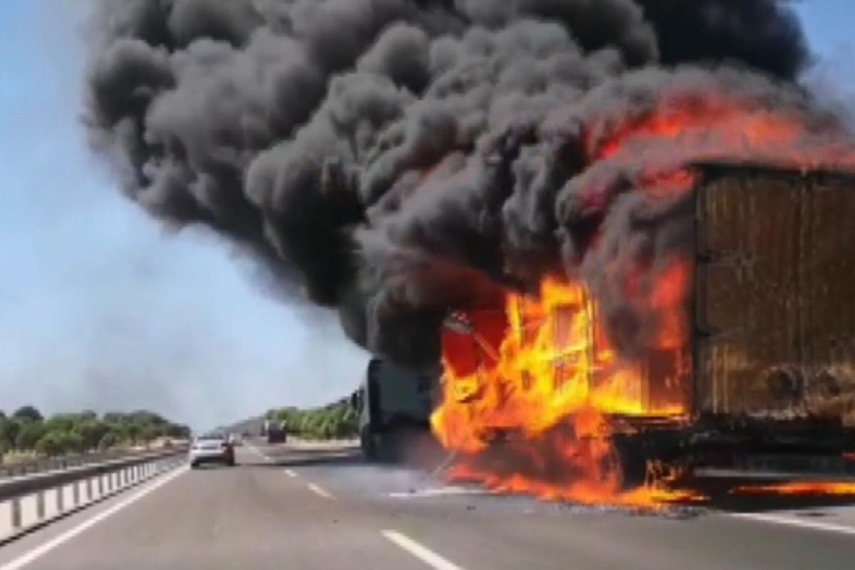 İzmir'de tır alev topuna döndü, yangın makilik alana sıçradı
