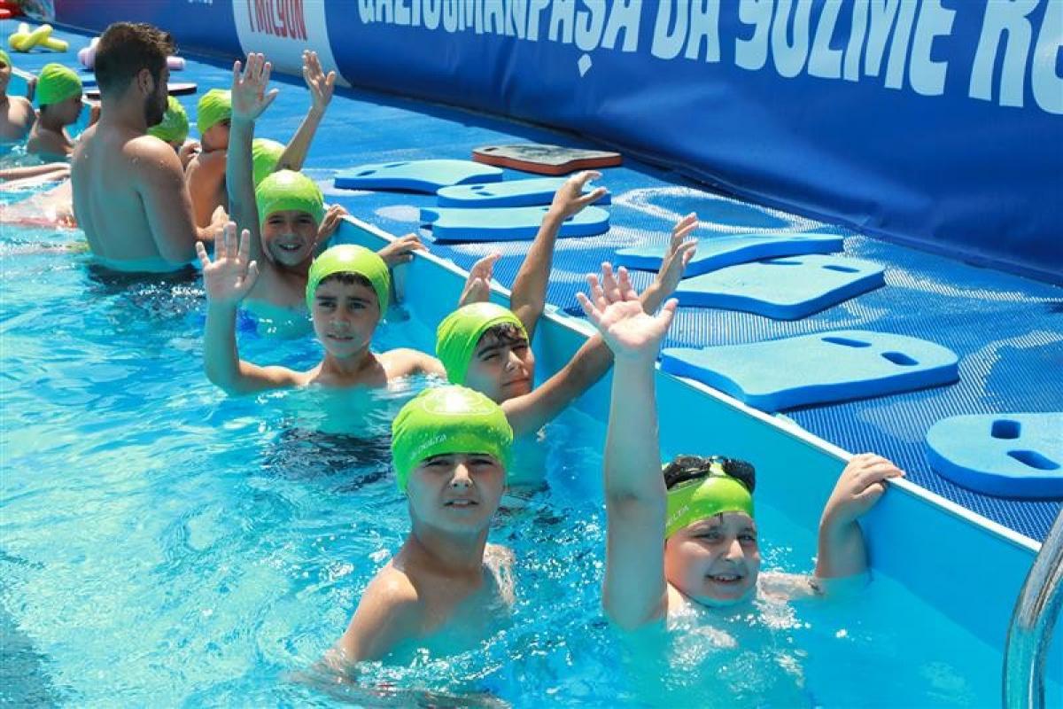 Gaziosmanpaşalı çocukların havuz keyfi