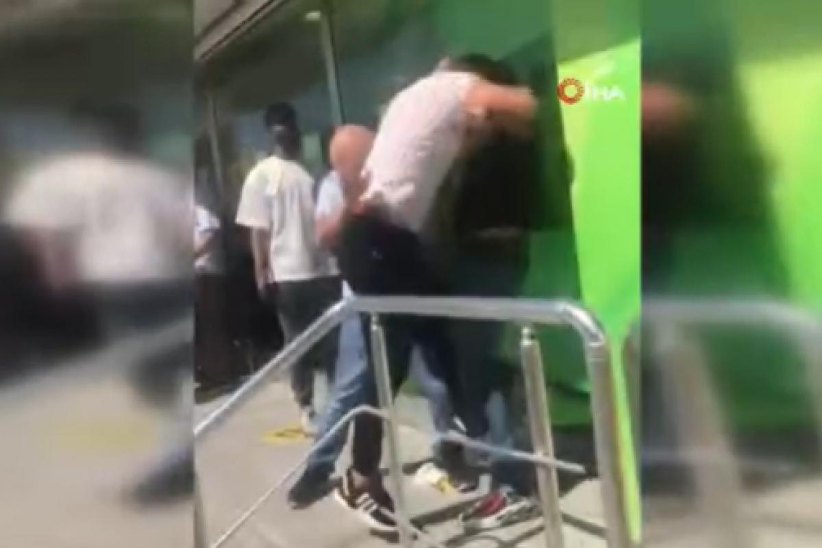 Tekmeli yumruklu ATM sıra kavgası
