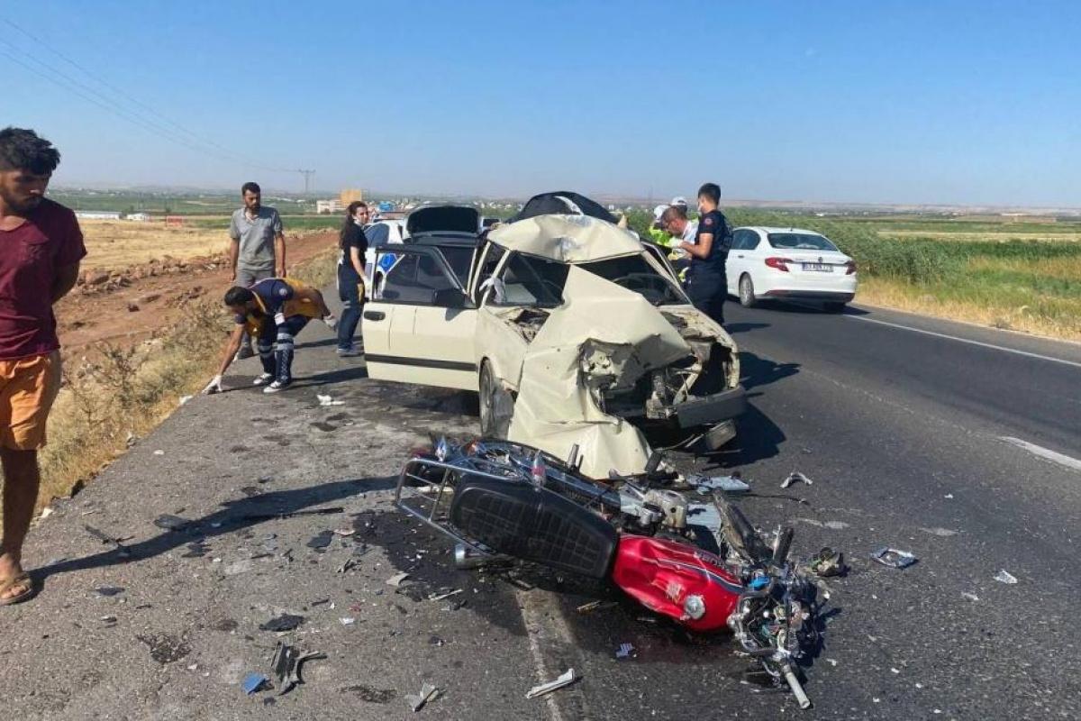 Çarptığı otomobilin üzerinde asılı kalan motosiklet sürücüsü öldü