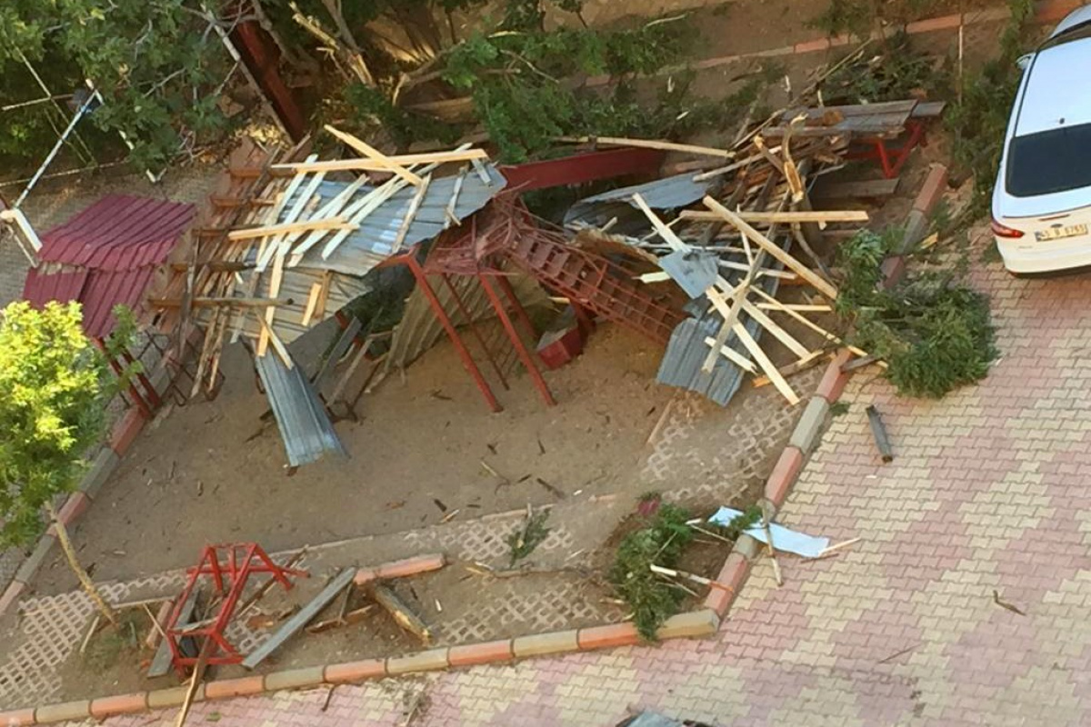 Kahramanmaraş'ta şiddetli rüzgar yurt binasının çatısını uçurdu
