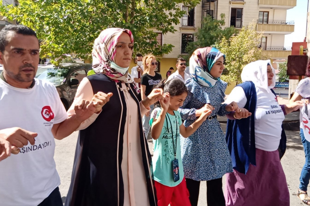 Oğlu teslim olan anne, HDP il binası önünde kurban kesip davul zurna eşliğinde halay çekti