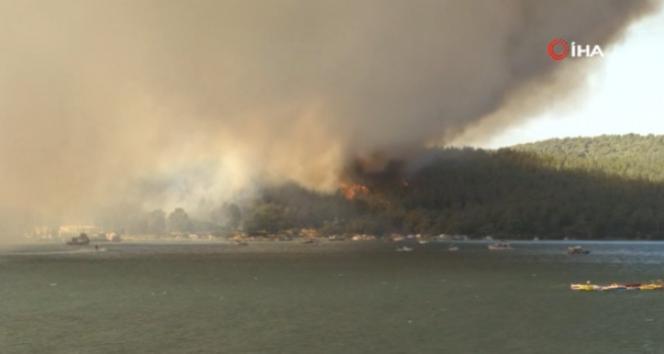 Milasta orman yangını...Oteldeki vatandaşlar teknelerle tahliye ediliyor