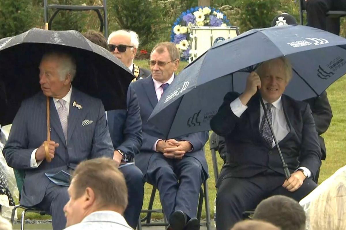 İngiltere Başbakanı Johnson'un şemsiye ile zor anları