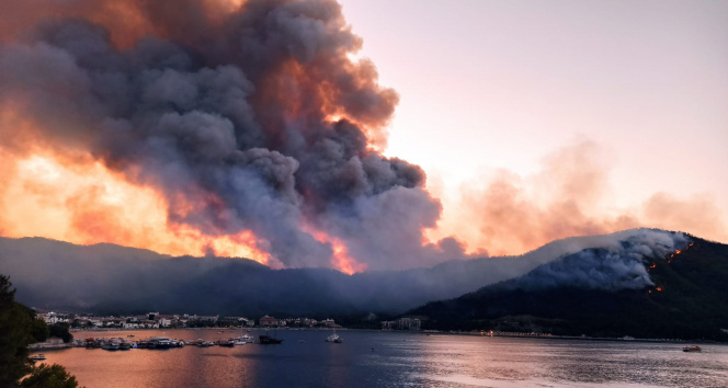 Muğlada yangın söndürme çalışmaları sürüyor, alevler geceyi aydınlatıyor