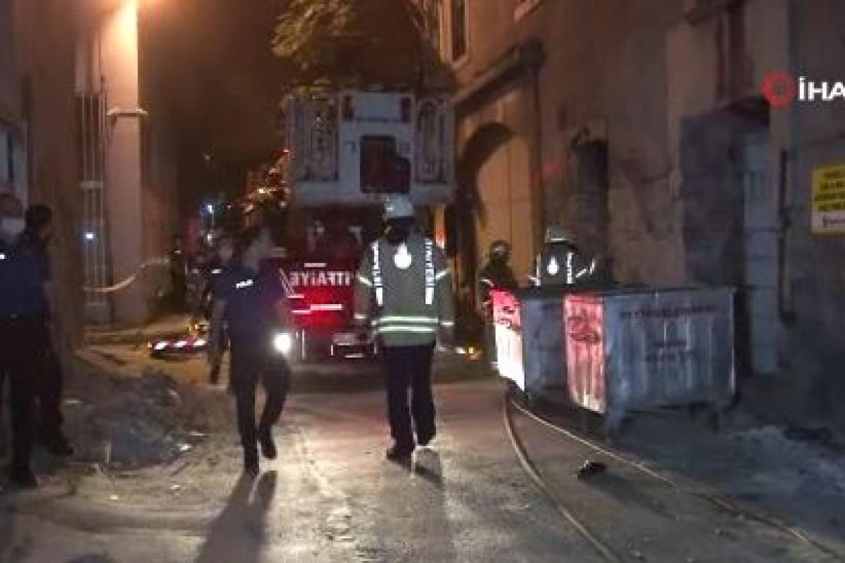 Fatih'te çöken 3 katlı metruk binadan 1 kişi sağ çıkarıldı