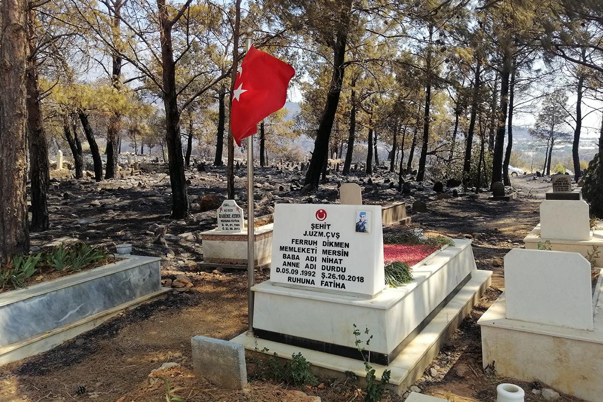 Mezarlık yandı, şehidin mezarı ve bayrak sapasağlam ayakta kaldı