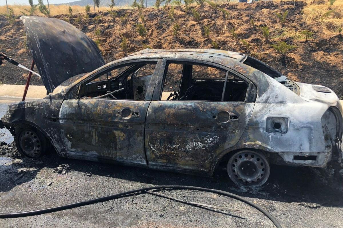 Otoyolda seyir halindeki otomobil yandı