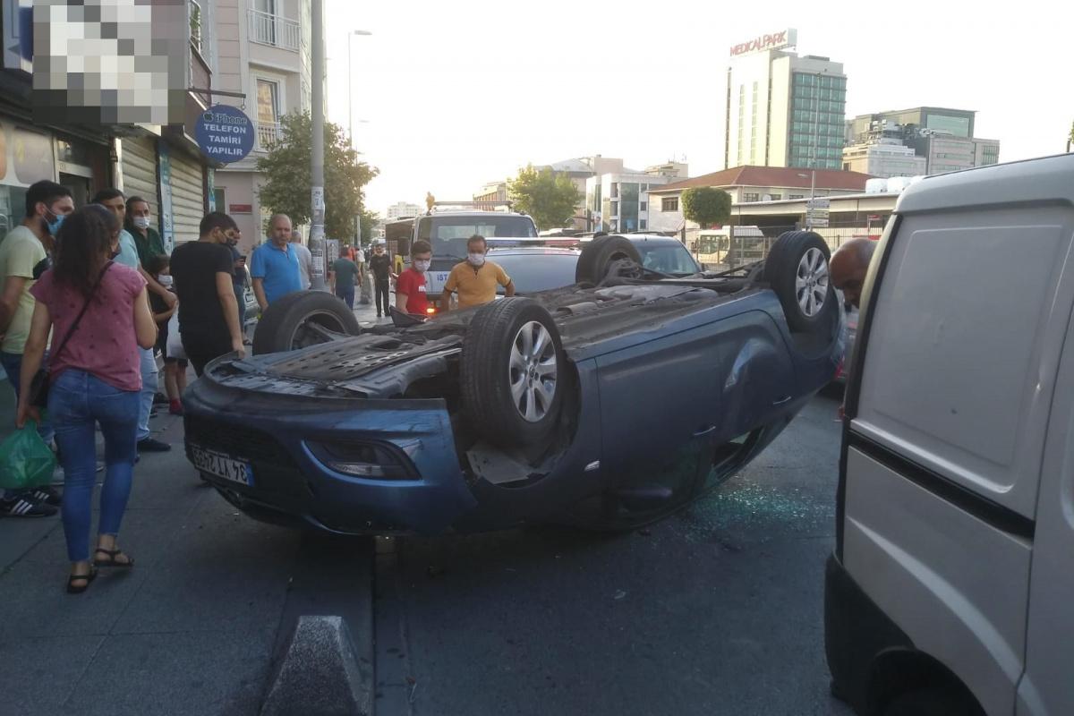 Bayrampaşa'da kontrolden çıkan araç takla attı: 1 yaralı